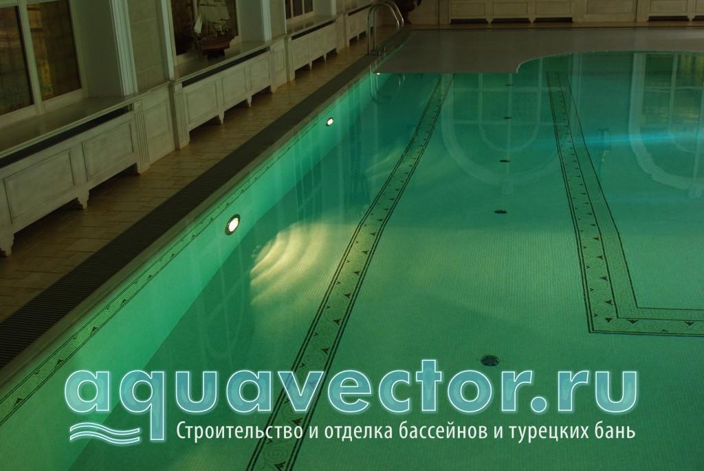 Переливной бассейн с водой