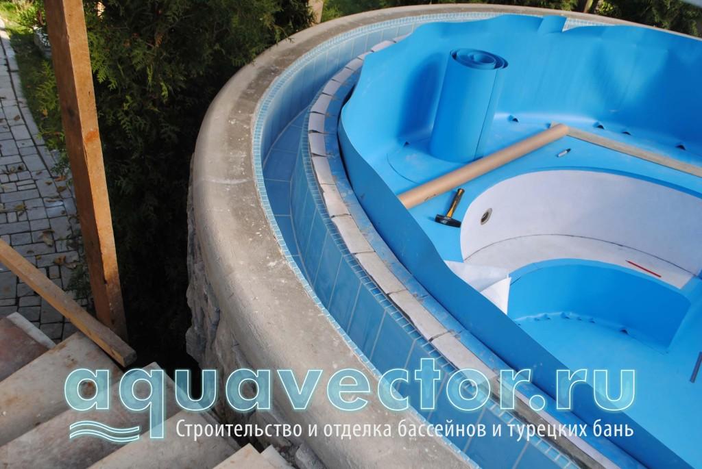 Плёночный бассейн с переливным плиточным локом