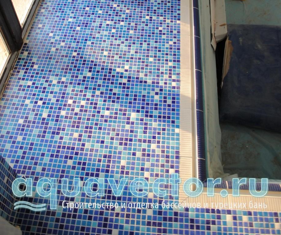 Пол выполнен из микса голубой мозаики