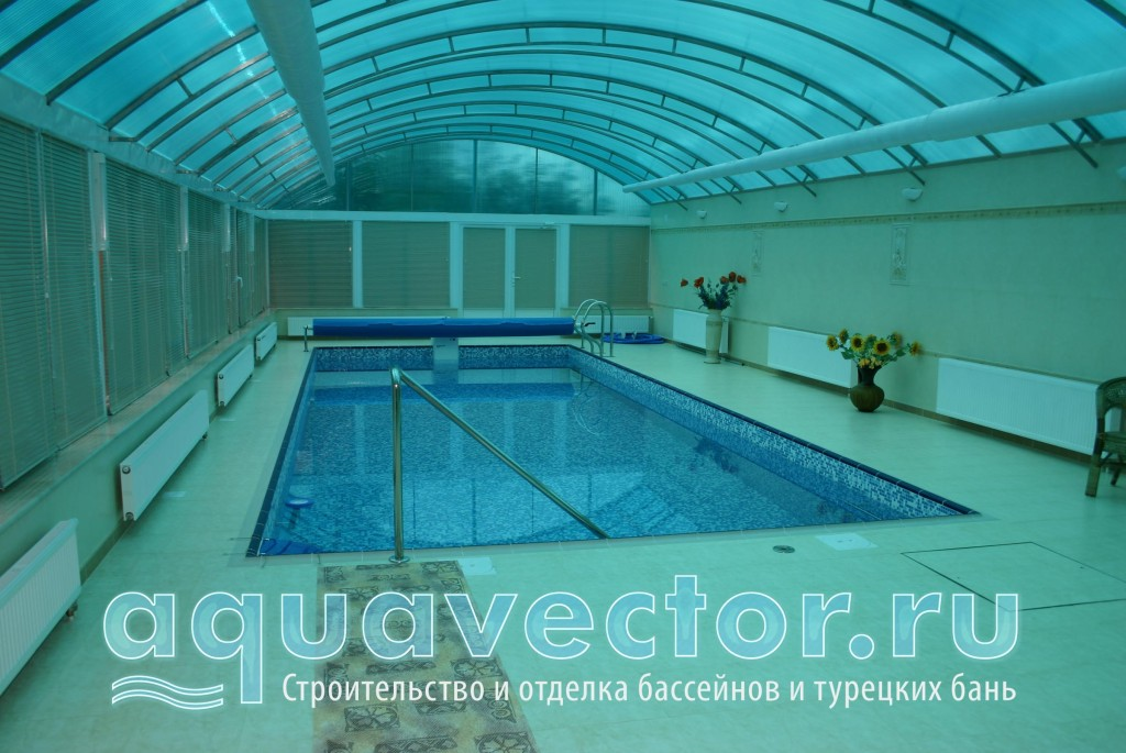 Две лестницы в бассейне