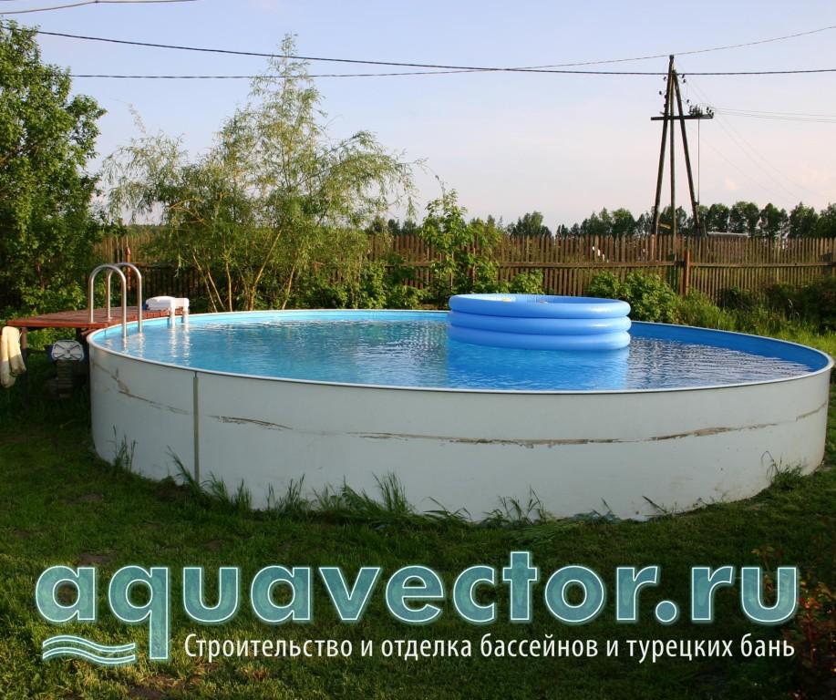 Сборный круглый бассейн установлен на поверхности