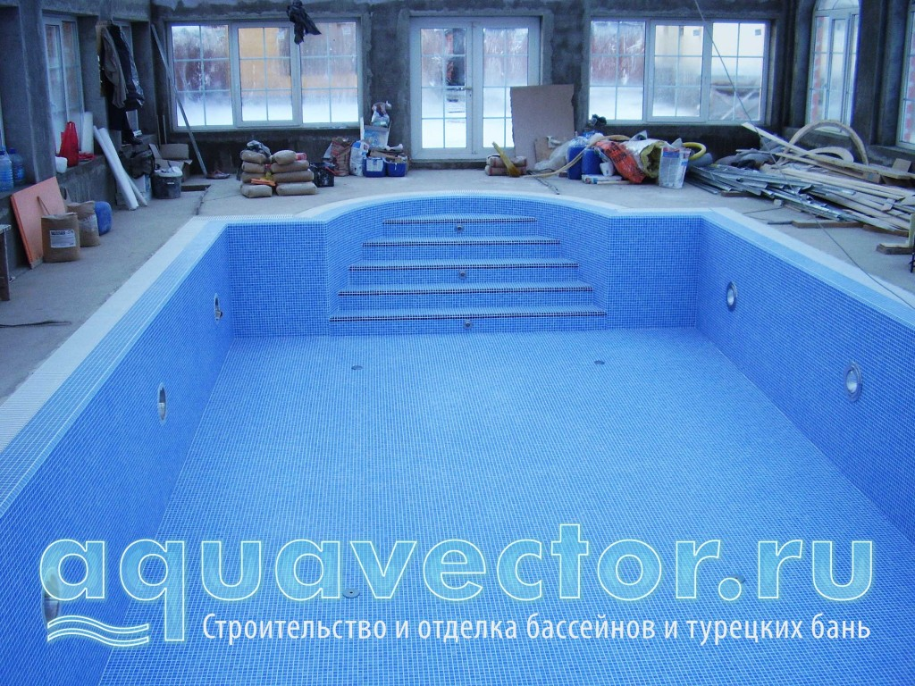 Нанесение гидроизоляции и облицовка мозаикой чаши бассейна