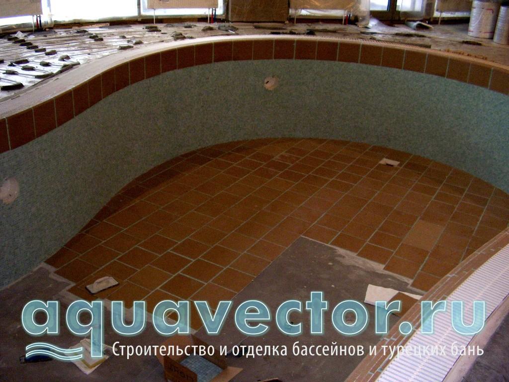 Облицовка дна бассейна выполняется после облицовки стен