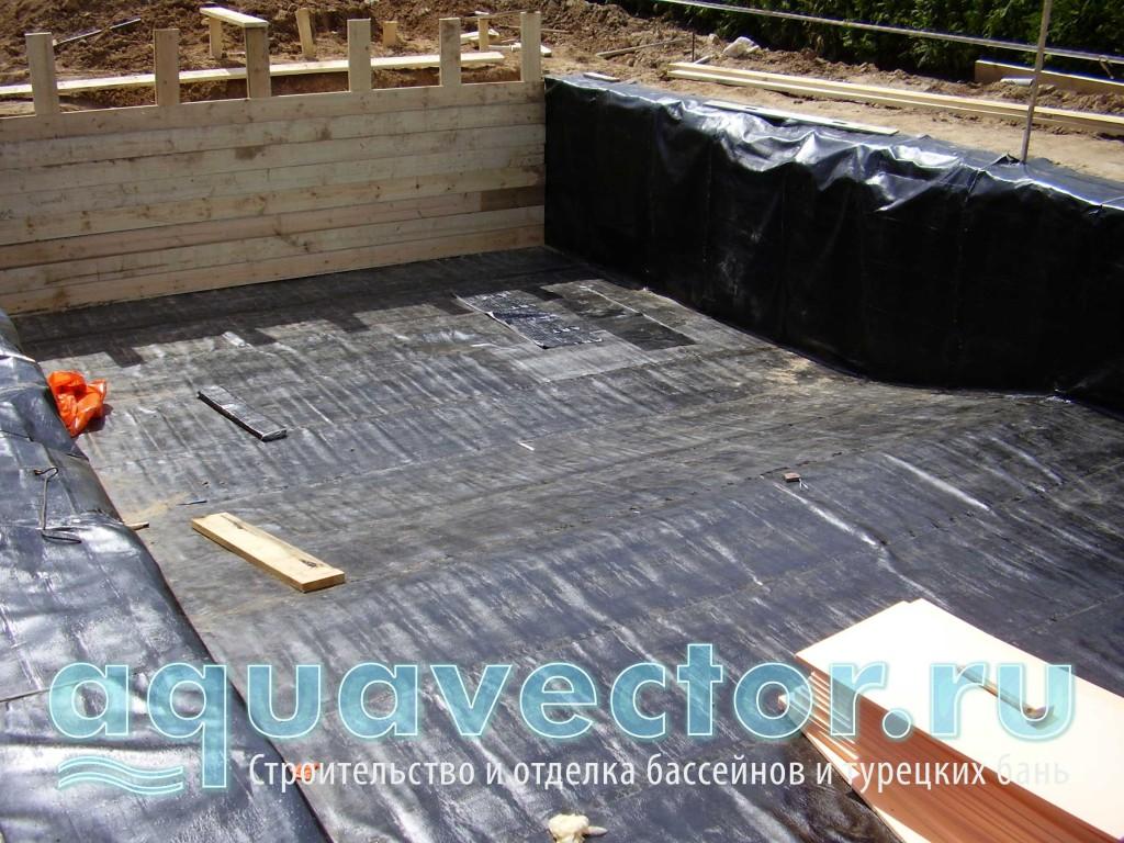 После песчаной подушки выполняется гидроизоляция бетонной чаши бассейна