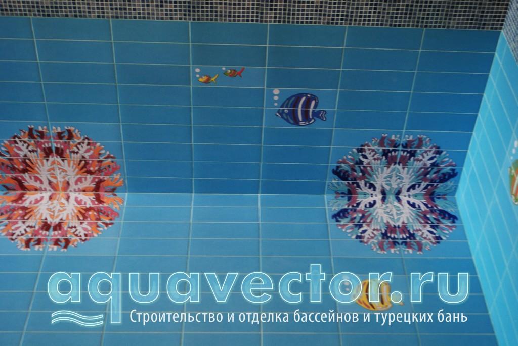 Декоративное панно из плитки в бассейне