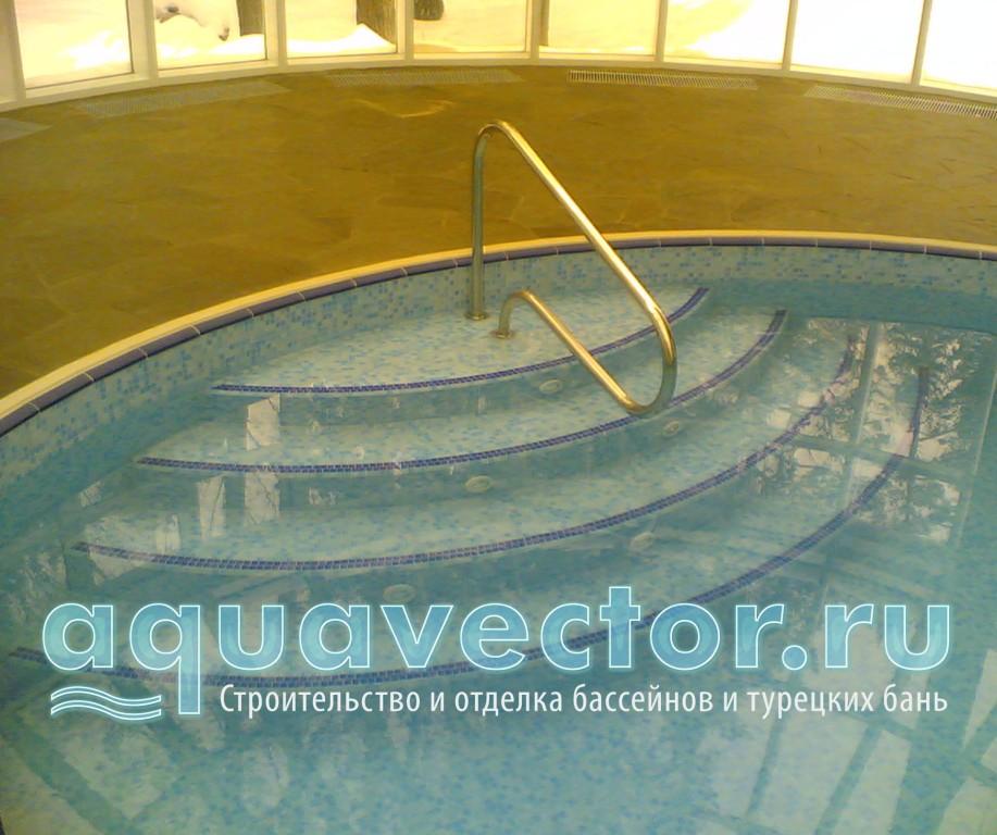 Вид ступеней в скиммерном бассейне