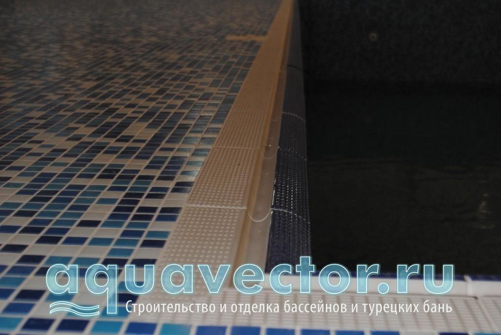 Скиммерный бассейн с площадкой в мозаике