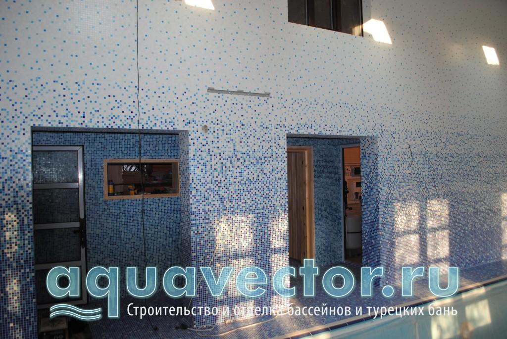 Отделка стен выполнена в мозаичной растяжке