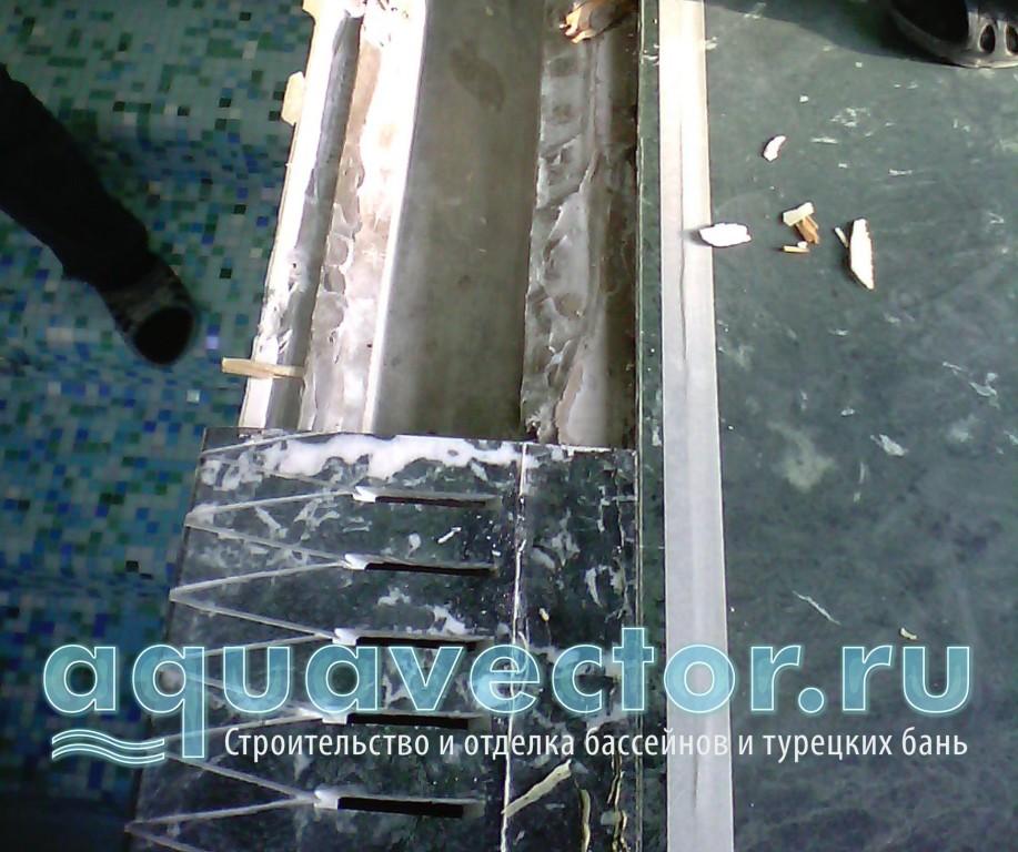 Плита перелива приклеена с подкладкой деревянных щепок, что вызывает гнилостный процесс