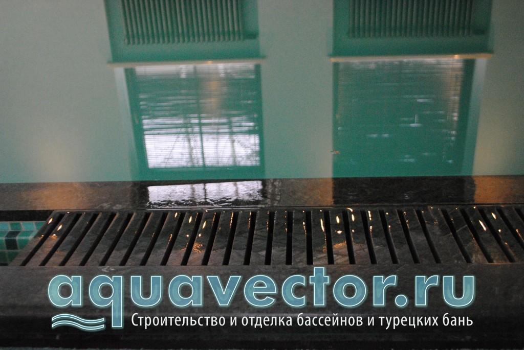 Правильно выполненный перелив снижает журчание воды в помещении бассейна
