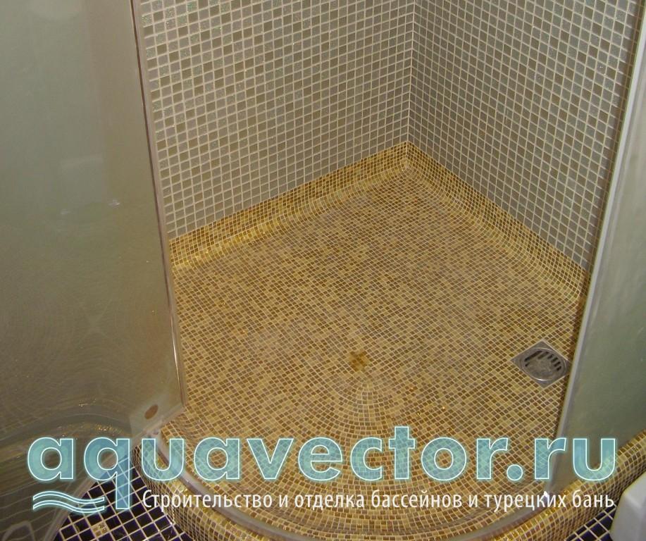 Поддон в душевой кабине облицован мозаикой под золото