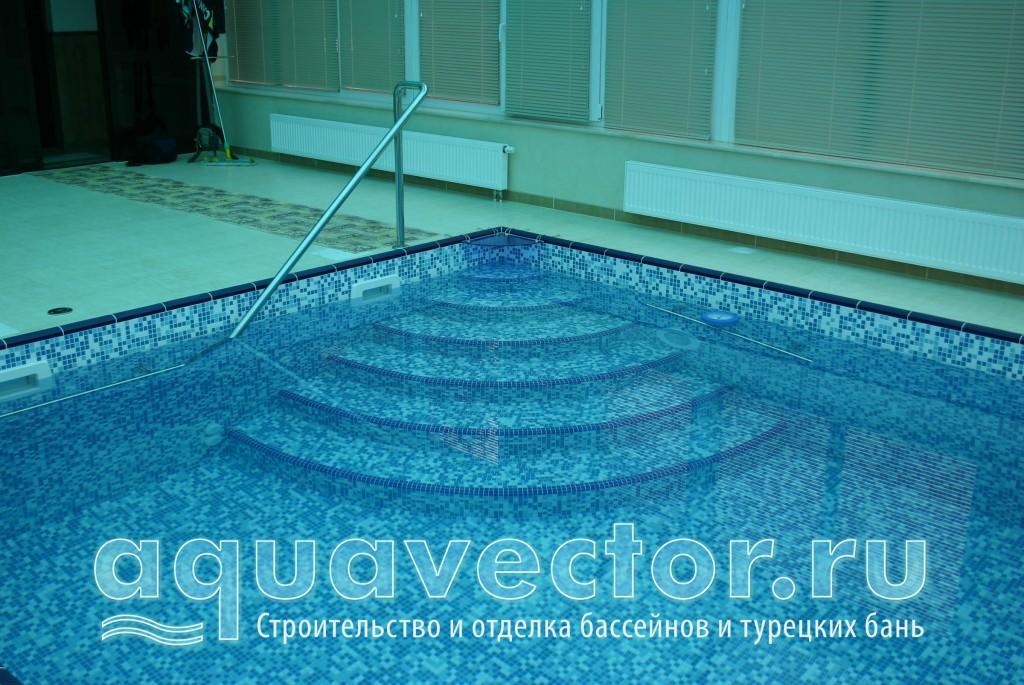 Вид угловой лестницы в бассейне