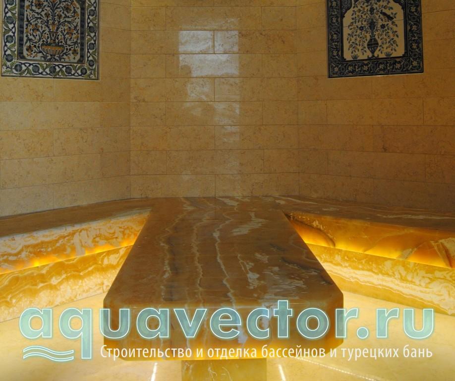 Оникс в комбинации со стекломозаикой в хамаме в квартире