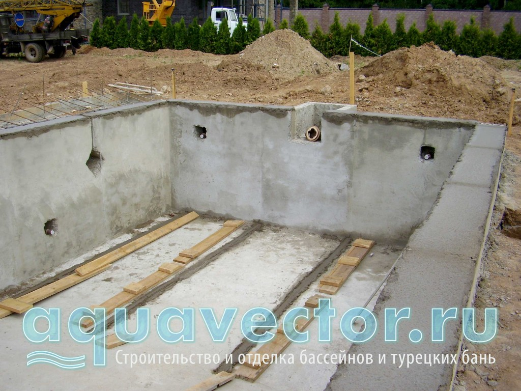 Бетонирование стен и выравнивание чаши бассейна