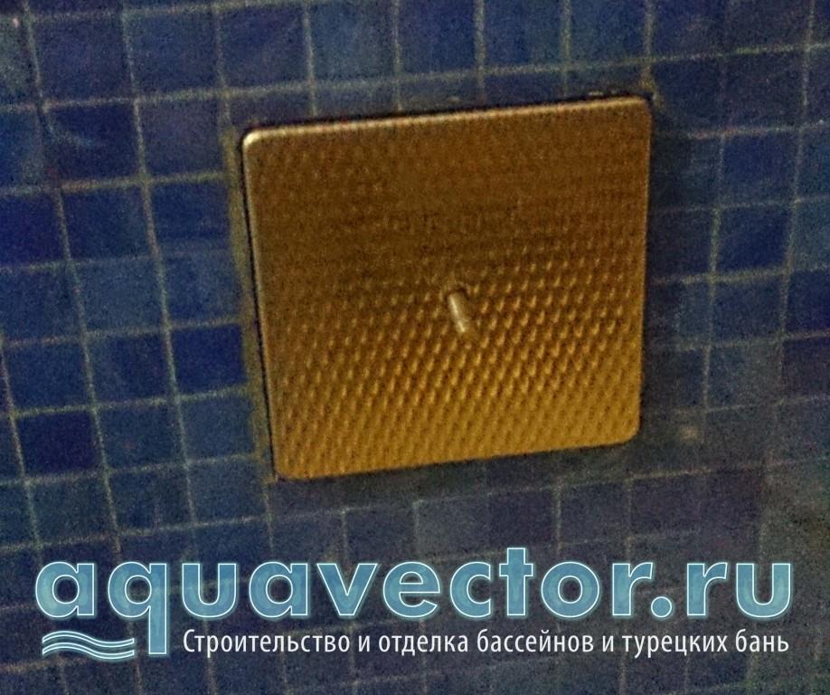 Распай-коробка прожектора расположена в стене бассейна с внешней стороны