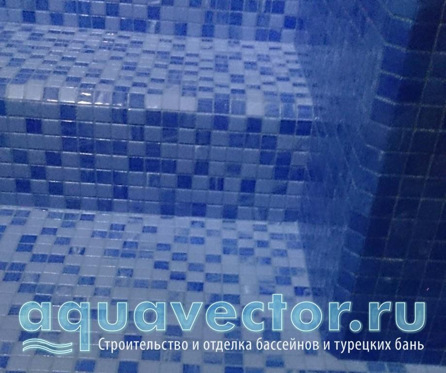 Входная зона в бассейн отделана противоскользящей мозаикой (антислип)